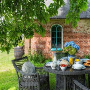 Enjoying an alfresco breakfast in a large and beautiful garden on a holiday cottage rental in the UK